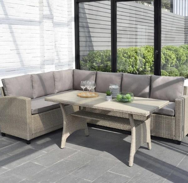 Sofá de vime para área externa em formato L otimiza o espaço