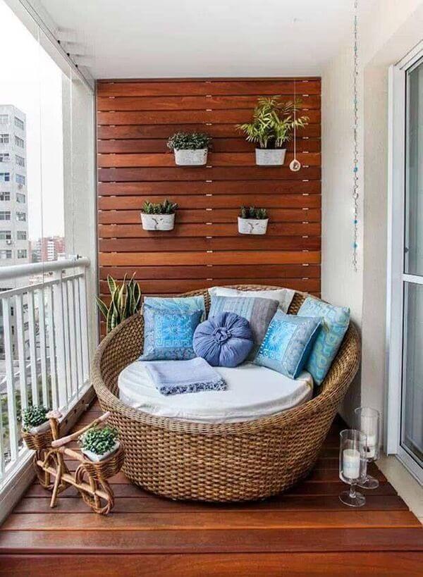 Sofá de vime redonda se encaixa perfeitamente nessa decoração de varanda