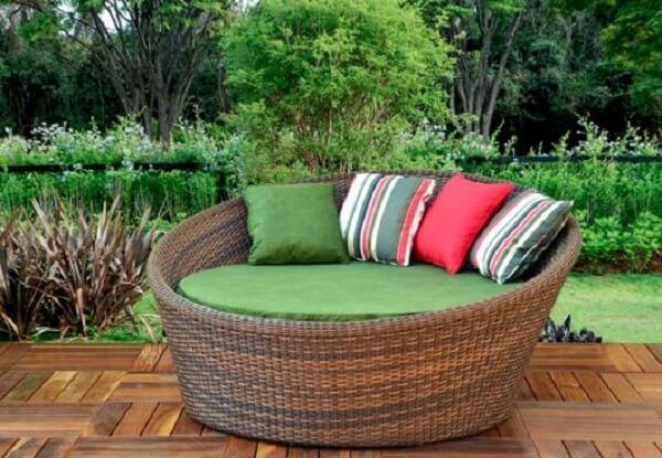 Sofá de vime redondo com almofadas coloridas alegram a área externa
