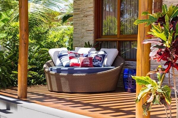 Sofá redondo de vime conhecido como chaise decora o terraço