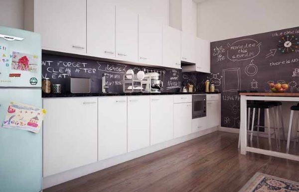 Tinta lousa preta na cozinha branca moderna