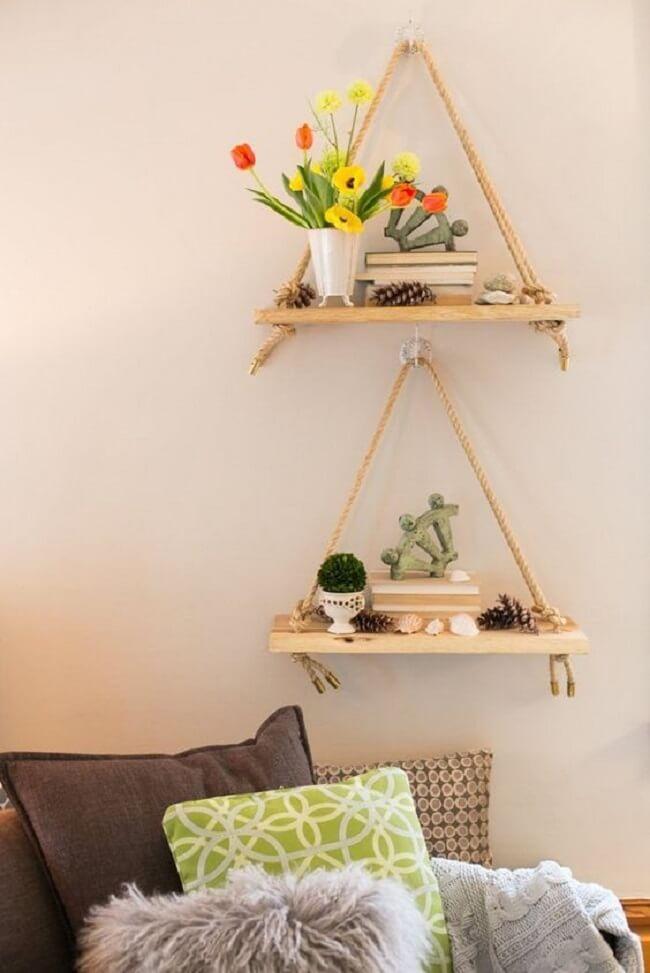 Use a prateleira de corda para expor itens de decoração. Fonte: Pinterest