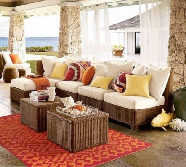 Use e abuse de elementos como almofadas e mantas para decorar seu sofá de vime