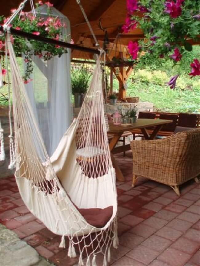 Varanda aconchegante com cadeira de balanço rede