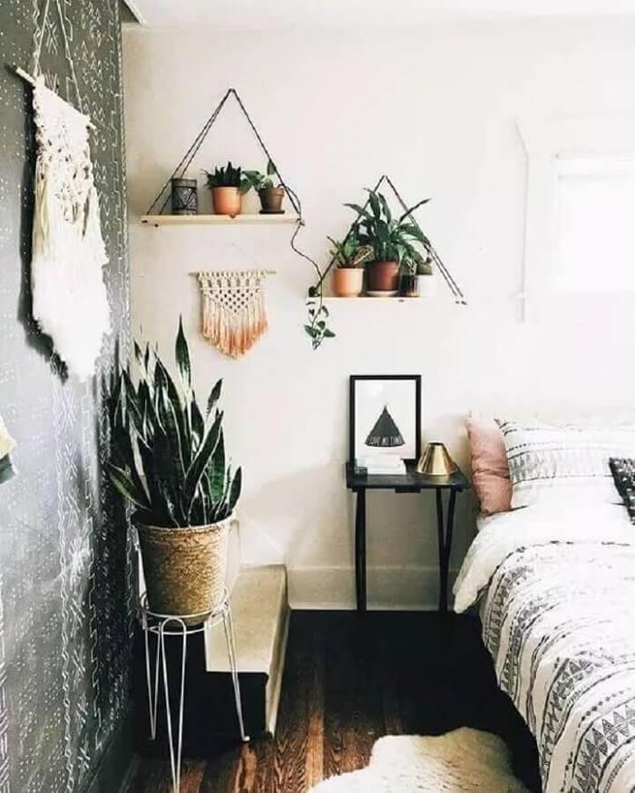 Vasos de plantas sobre a prateleira de corda decoram o quarto. Fonte: Viajando no Apê