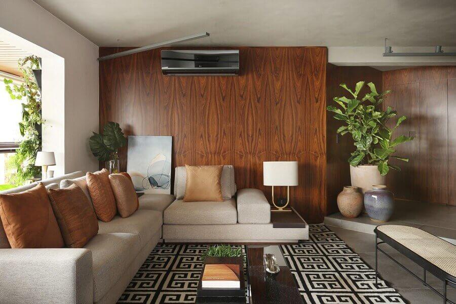 almofadas chiques para sala decorada com tapete geométrico e parede amadeirada Foto Quattrino Arquitetura