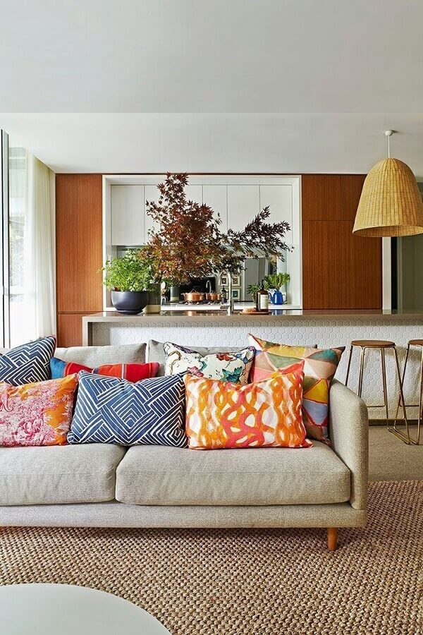 almofadas coloridas para sala ampla decorada com sofá bege Foto Casa de Valentina