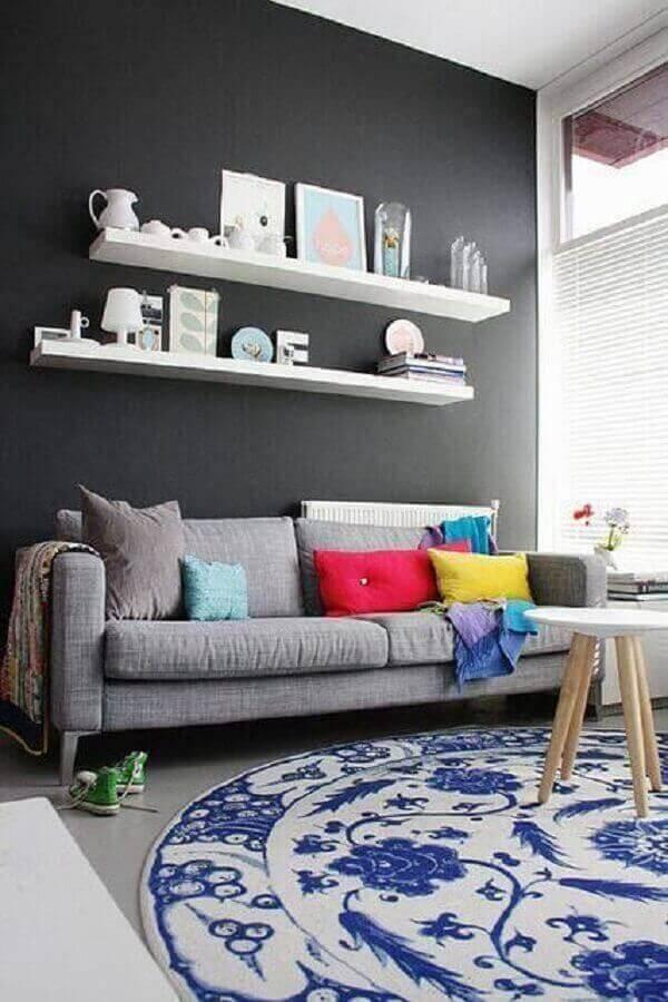 almofadas coloridas para sala cinza decorada com tapete redondo Foto Pinterest