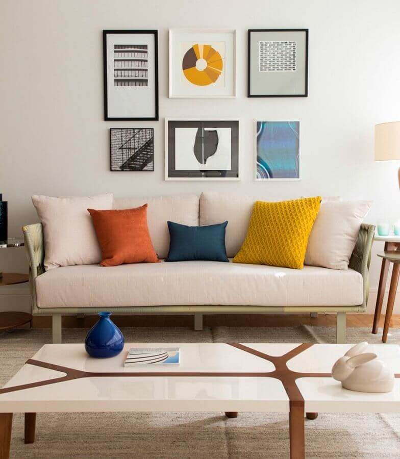 almofadas coloridas para sala decorada em cores claras e neutras Foto Marilia Veiga