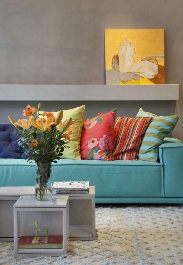 almofadas coloridas para sala moderna decorada com parede de cimento queimado Foto Histórias de Casa
