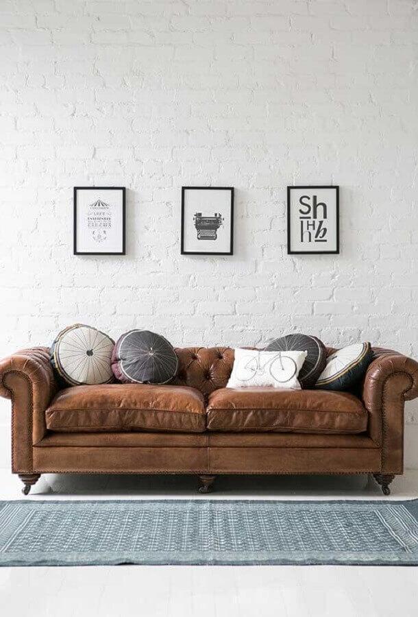 almofadas decorativas para sala com sofá chesterfield de couro marrom  Foto Pinterest