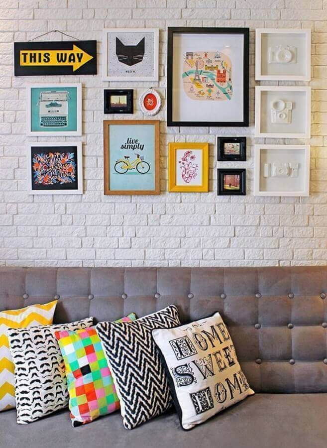 almofadas decorativas para sala decorada com sofá cinza e parede de tijolinho branco Foto Pinterest