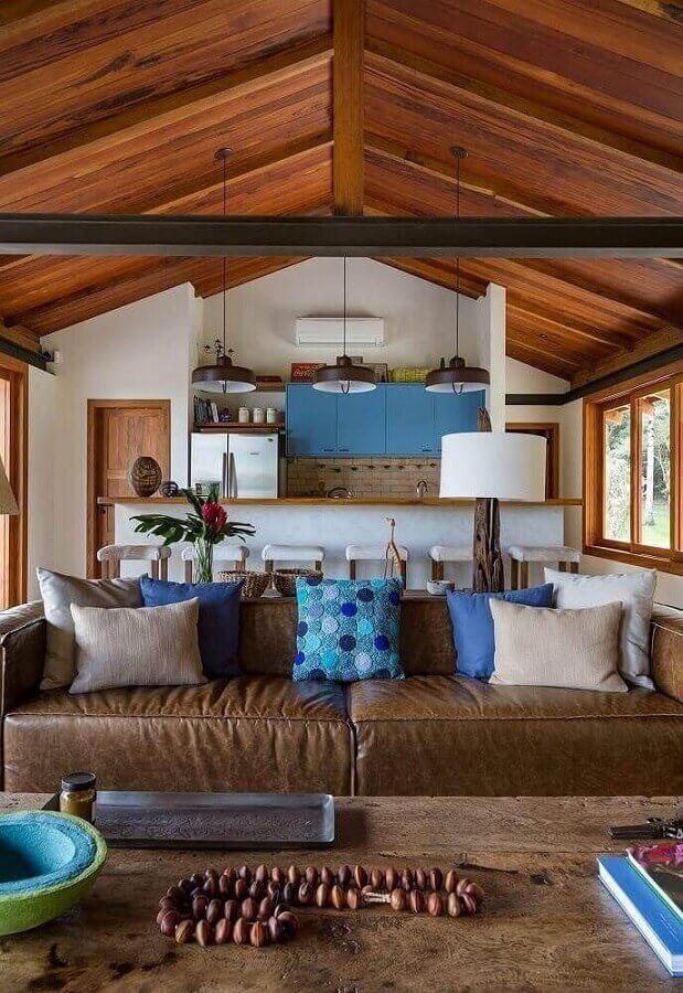 almofadas decorativas para sala rústica decorada com sofá de couro  Foto Pinterest