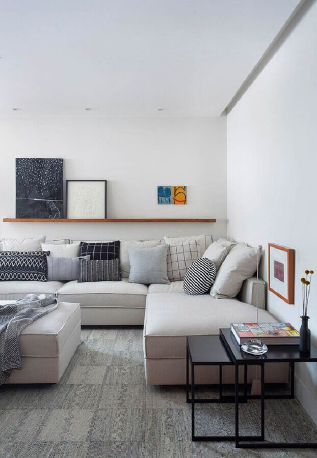 almofadas diferentes para sala de estar branca decorada com sofá de canto confortável Foto Casa de Valentina