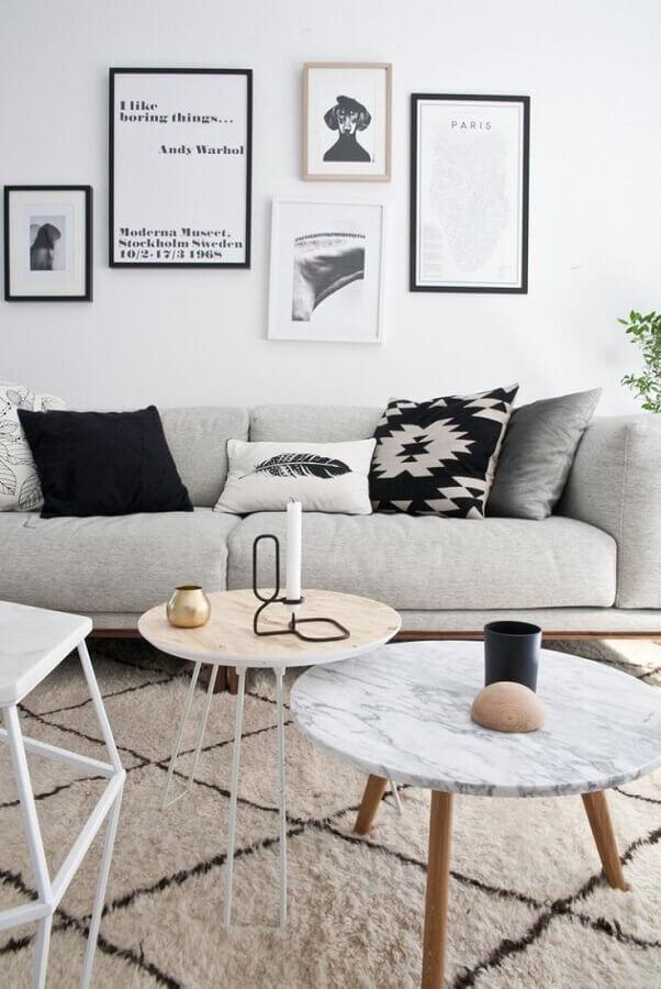 almofadas diferentes para sala de estar clean decorada com sofá cinza e mesa de centro redonda Foto Pinterest