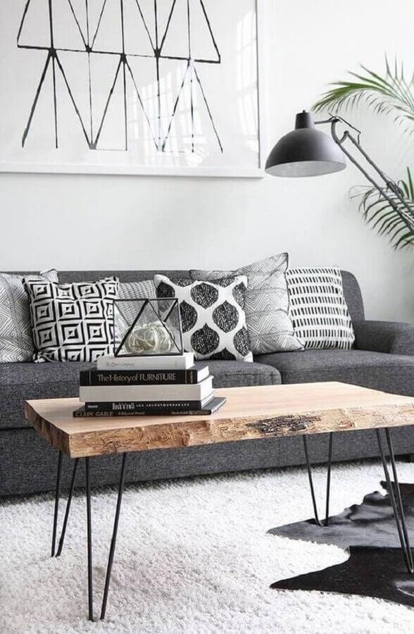 almofadas diferentes para sala decorada com mesa de centro rústica Foto Pinterest