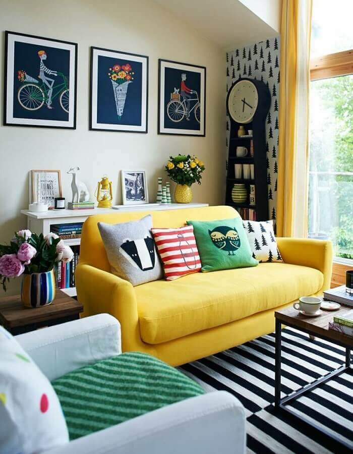 almofadas diferentes para sala decorada com sofá amarelo e tapete preto e branco listrado Foto Pinterest
