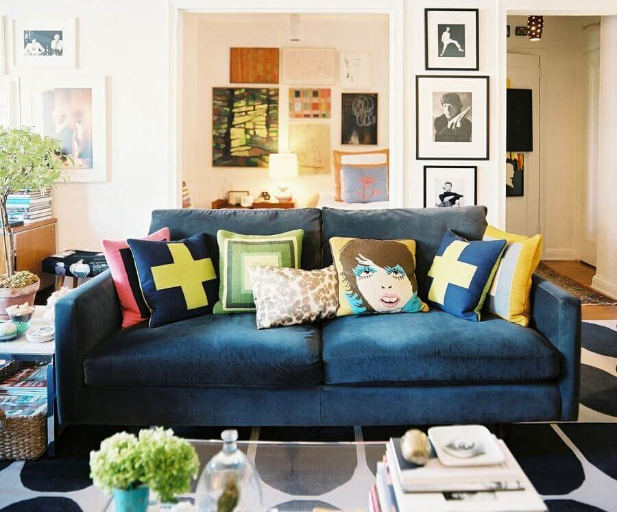 almofadas diferentes para sala decorada com sofá azul Foto Pinterest