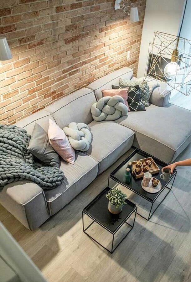 almofadas modernas para sala decorada com sofá confortável e parede de tijolinho Foto Pinterest