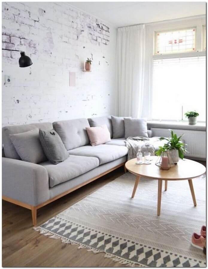 almofadas para sala clean decorada com parede rústica Foto Casa de Valentina