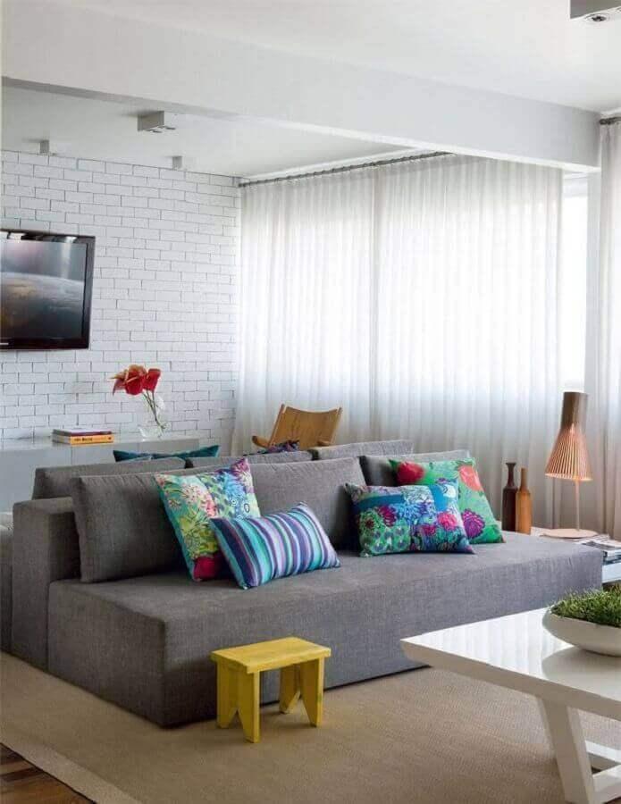 almofadas para sala de TV decorada com parede espelhada e sofá sem braço Foto Arquiteto Gourmet