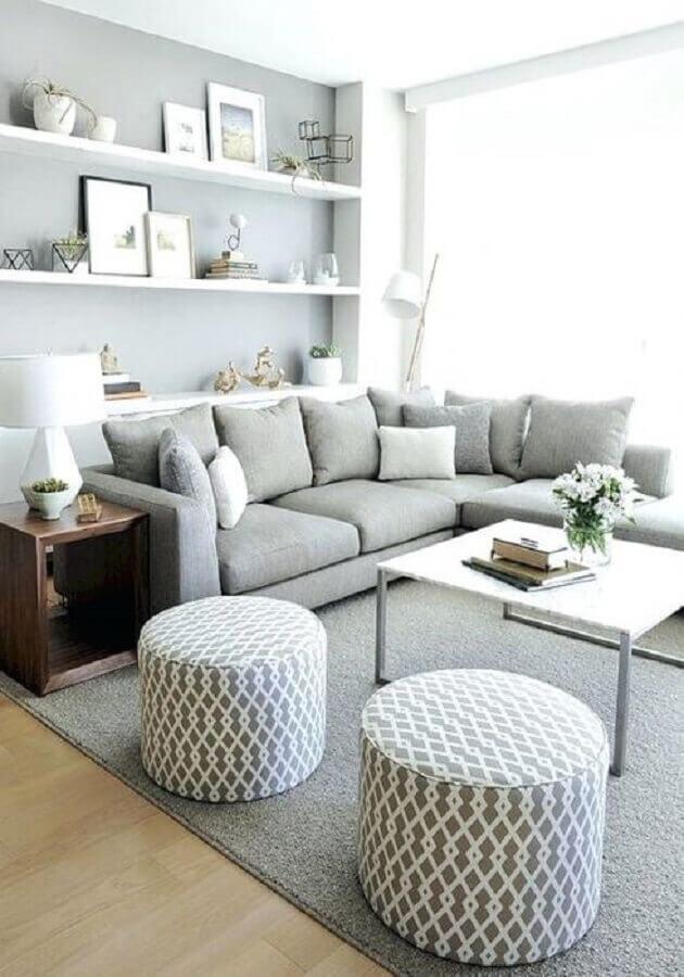 almofadas para sala de estar cinza decorada com puffs redondos e sofá de canto  Foto Pinterest