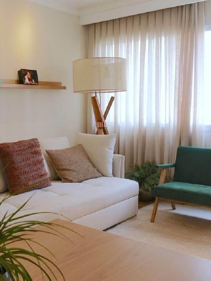 almofadas para sala de estar decorada com abajur de chão e poltrona verde de madeira Foto Comparato Arquitetura