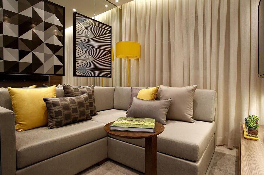 almofadas para sala de estar decorada com sofá de canto e quadros geométricos  Foto Jeito de Casa