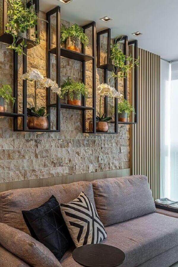 almofadas para sala estilo industrial decorada com parede rústica e sofá cinza Foto Jeito de Casa