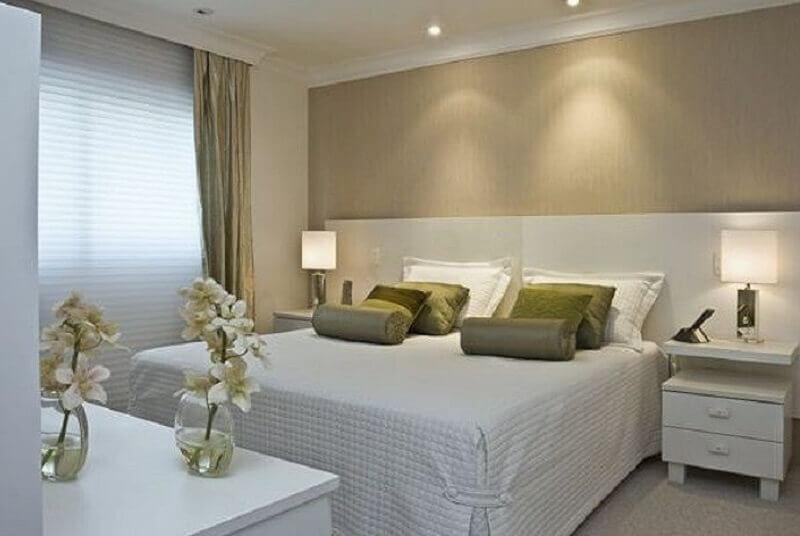 almofadas verdes para decoração de quarto de casal bege e branco Foto Pinterest
