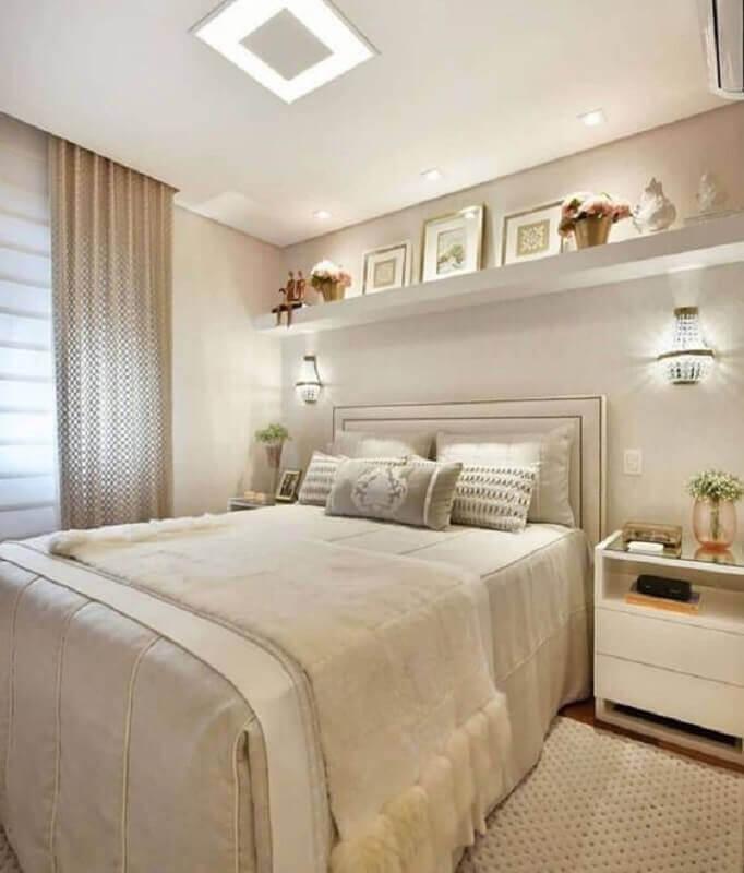 arandela de cristal para decoração de quarto bege de casal sofisticado Foto Jeito de Casa