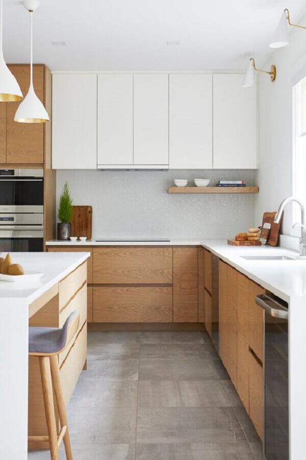 armário de madeira e armário branco para decoração de cozinha com balcão de canto  Foto Remodelista