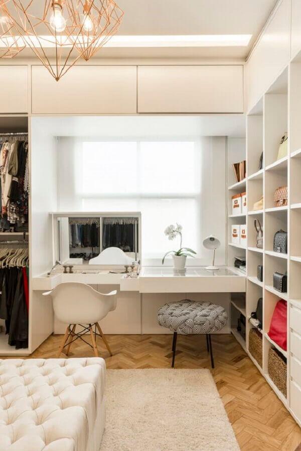armário de nichos para decoração de closet com penteadeira embutida Foto Jeito de Casa