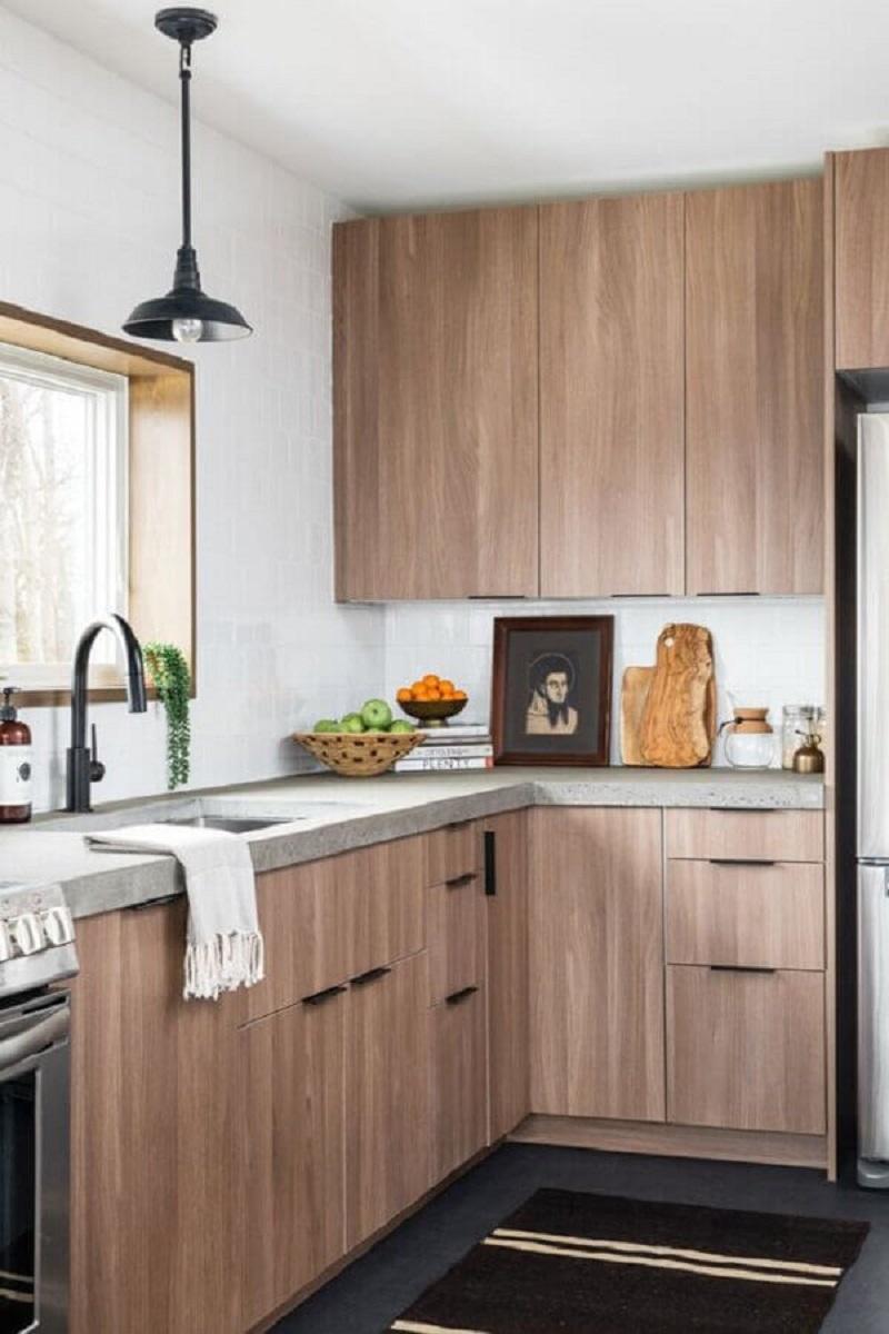 balcão de canto para cozinha amadeirada com decoração simples Foto Remodelista