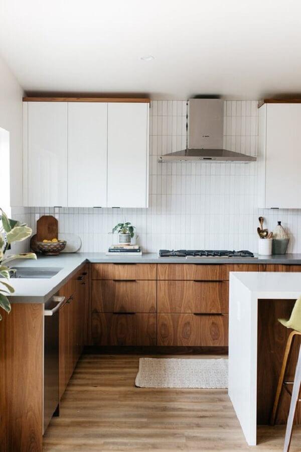 balcão de canto para cozinha amadeirada decorada com armário aéreo branco  Foto Apartment Therapy