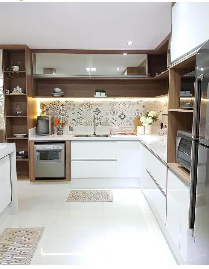 balcão de canto para cozinha branca decorada com nichos de madeira  Foto Jeito de Casa