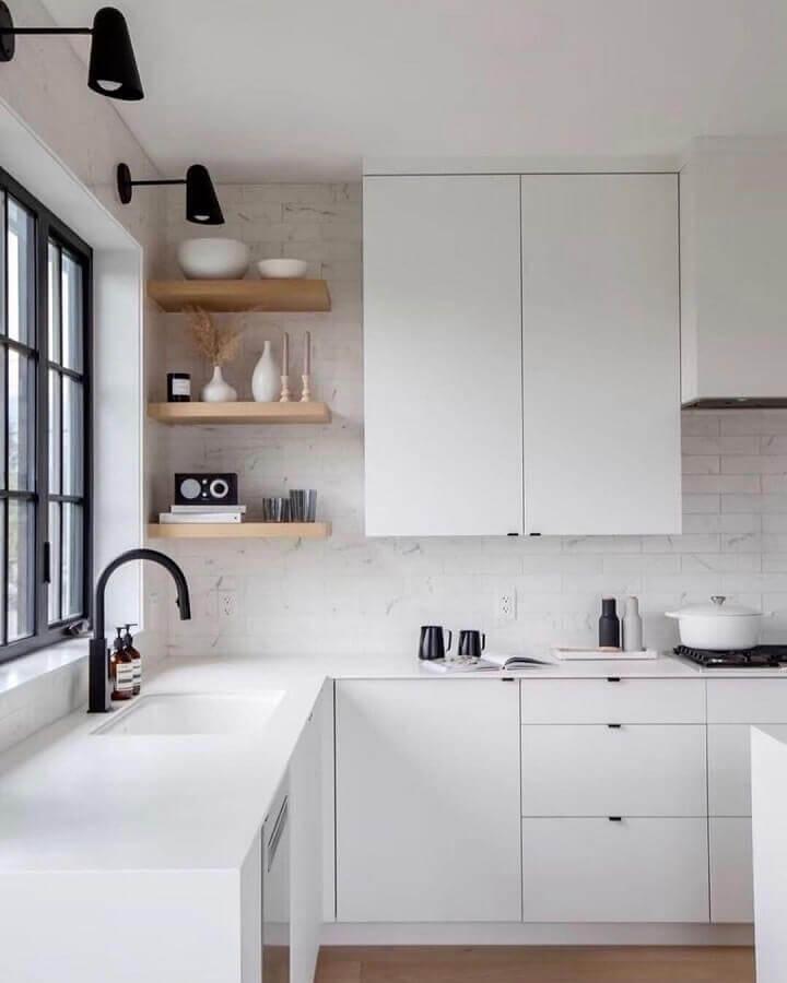 balcão de canto para cozinha branca decorada com prateleiras de madeira Foto Archtrends