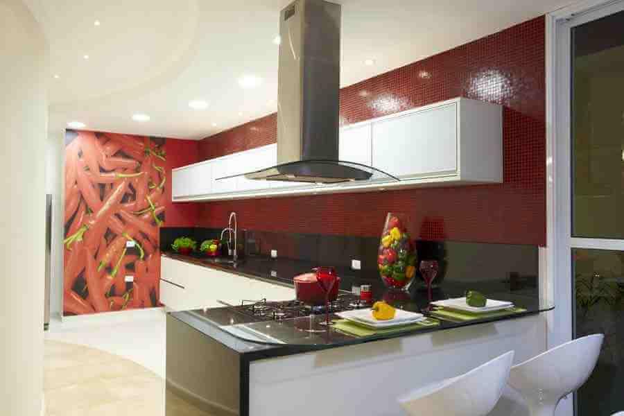 balcão de canto para cozinha decorada com revestimento vermelho Foto Aquiles Nicolas Kílaris