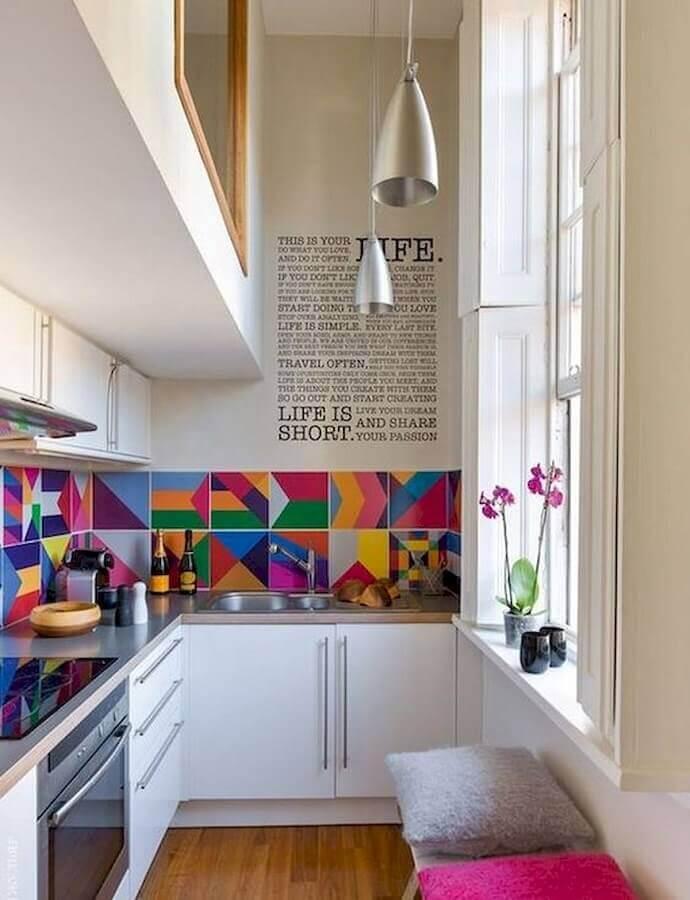 balcão de canto para cozinha pequena decorada com revestimento colorido Foto Home Fashion Trend