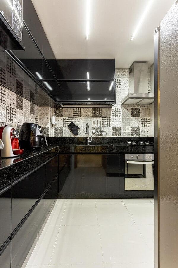 balcão de canto para cozinha preta decorada com revestimento preto e branco Foto Natalia Siper