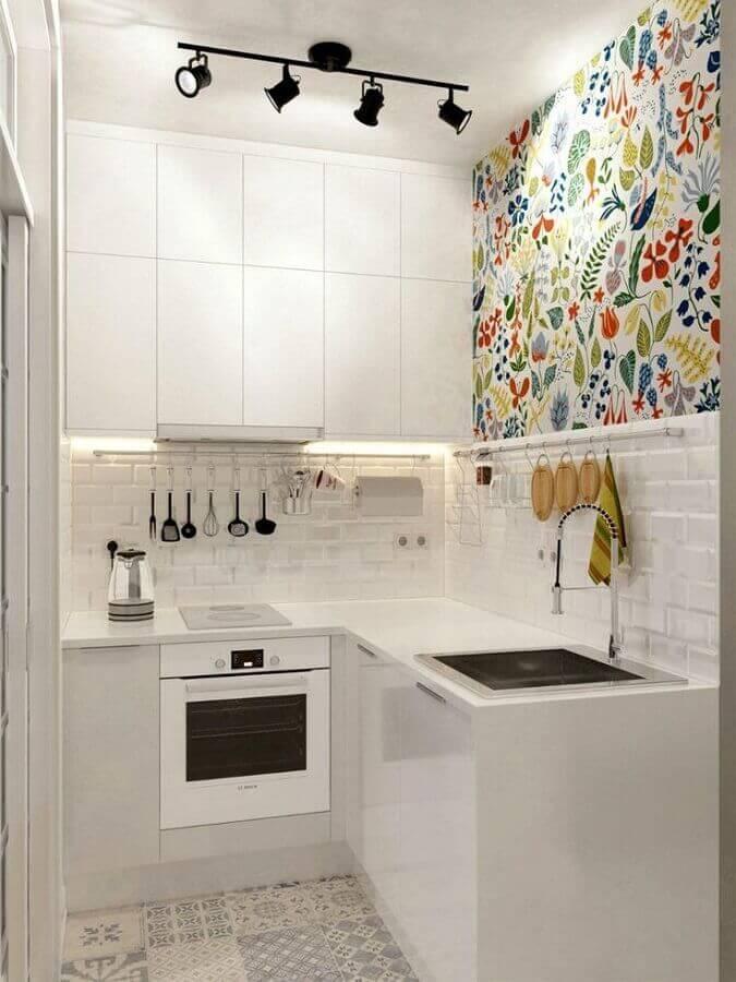 balcão de canto pequeno para cozinha branca decorada com papel de parede floral Foto Pinterest
