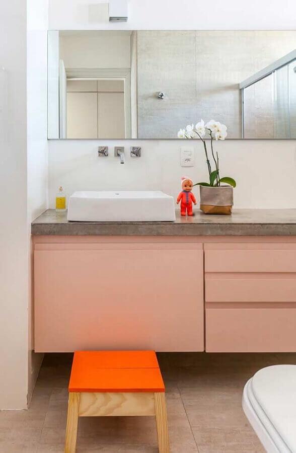 bancada de cimento queimado para banheiro branco decorado com gabinete rosa claro Foto Pinterest