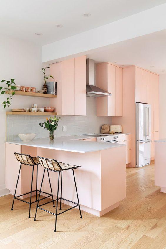 Bancada de granito branco com armários cor de rosa