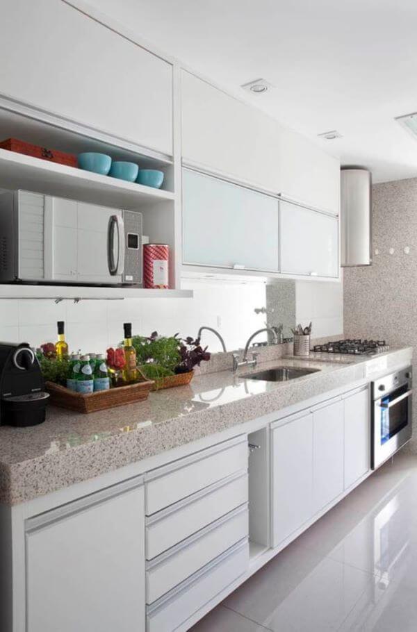 Bancada de granito bege com armário branco