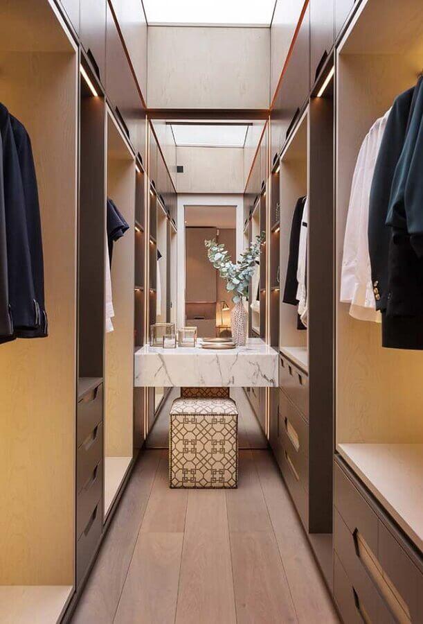 bancada de mármore para decoração de closet pequeno planejado com penteadeira Foto Houzz