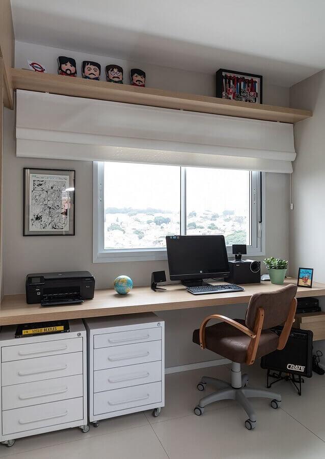 bancada de madeira decorado com cadeira de estudo confortável e gaveteiro branco Foto Marina Carvalho Arquitetura