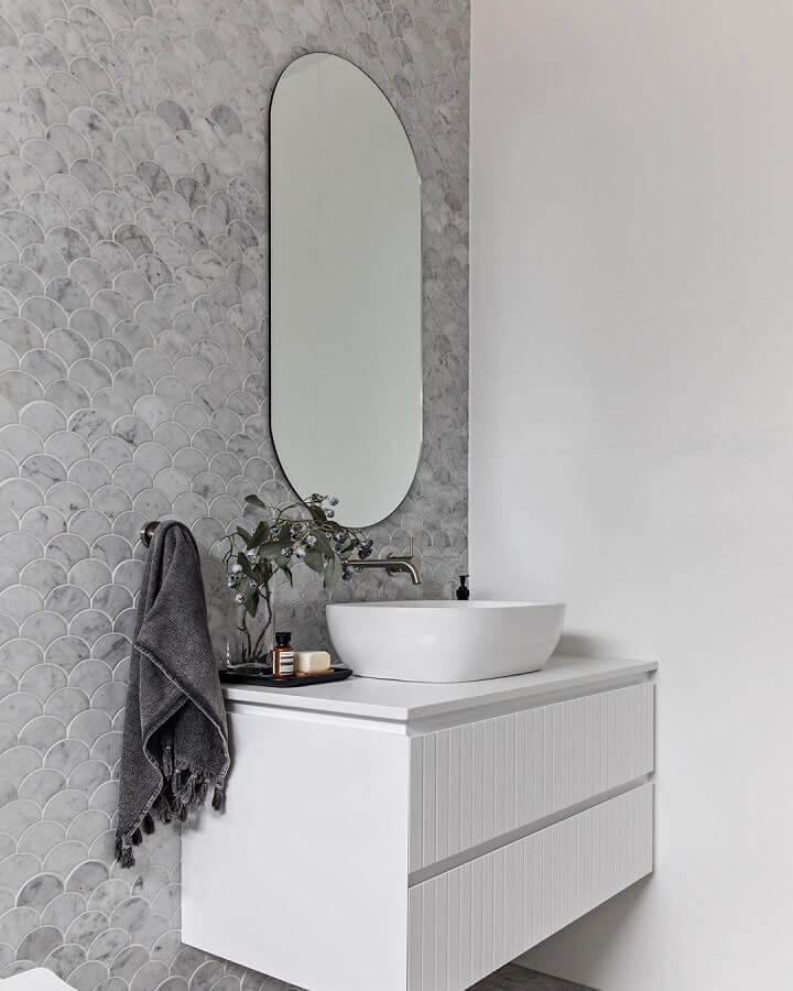 banheiro branco decorado com revestimento cinza claro com acabamento marmorizado Foto IT Haus Arquietura