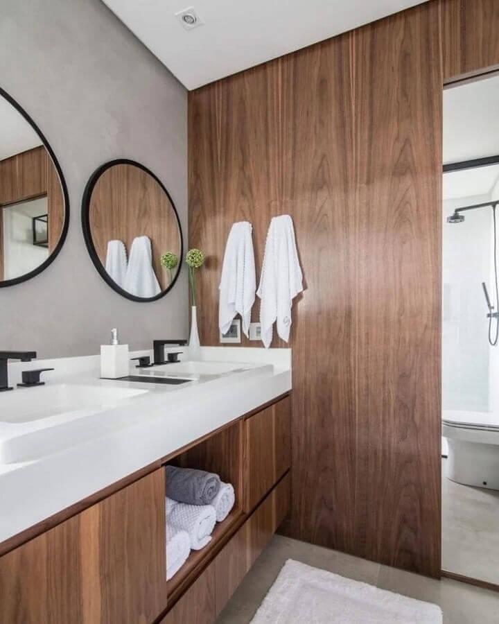 banheiro com parede de cimento queimado decorado com gabinete e revestimento de madeira Foto ConectArq