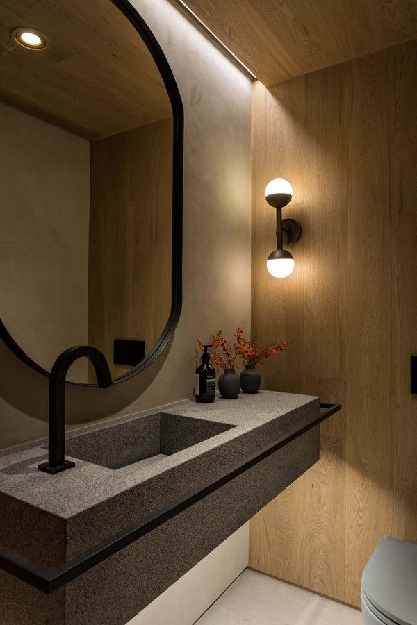 banheiro moderno decorado com luminária de parede e parede amadeirada Foto Pinterest