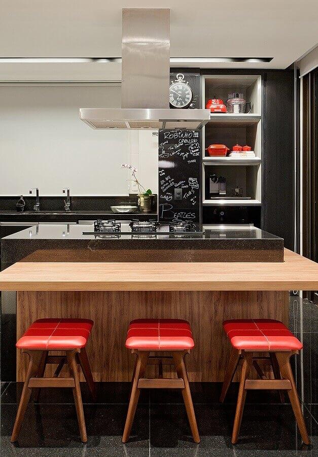 banqueta baixa para decoração de cozinha com balcão gourmet no meio planejado com cooktop Foto Casa de Valentina